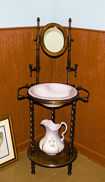 water-pitcher-stand